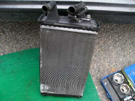demontovaný radiátor topení